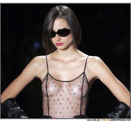 Sao Paulo - modelka nagie piersi