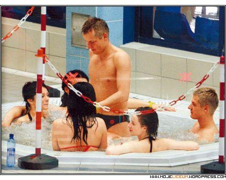 Mroczek nago w basenie z dziewczynami
