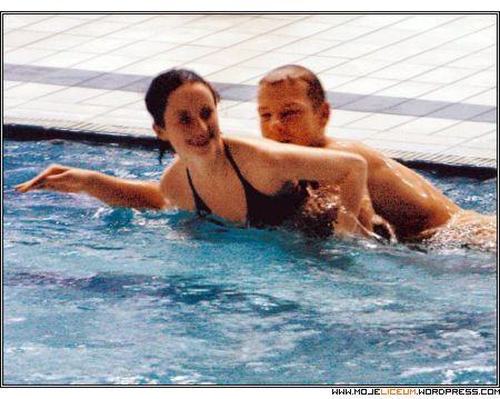 Mroczek z nagą dziewczyną w basenie