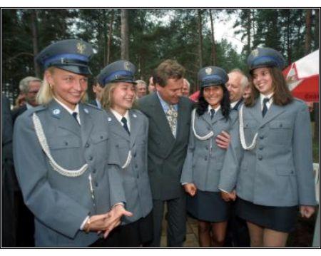 Aleksander Kwaśniewski obmacuje piersi młodych policjantek