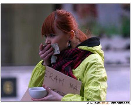 Kasia Burzyńska całuje banknot 10 złotych
