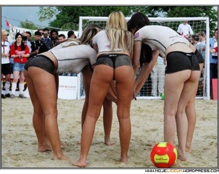 Nagie dziewczyny - siatkówka plażowa