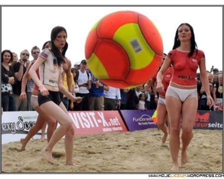 Siatkówka plażowa - gołe dziewczyny