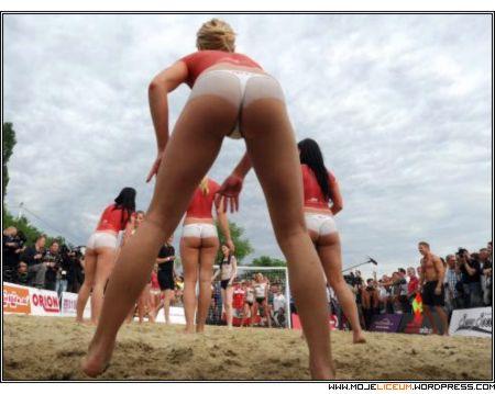 Siatkówka plażowa - nagie dziewczyny